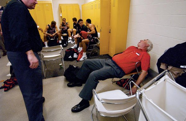 Can someone wake up Bobby Knight, please? #NationalLazyDay https://t.co/r5RfpkNr9C