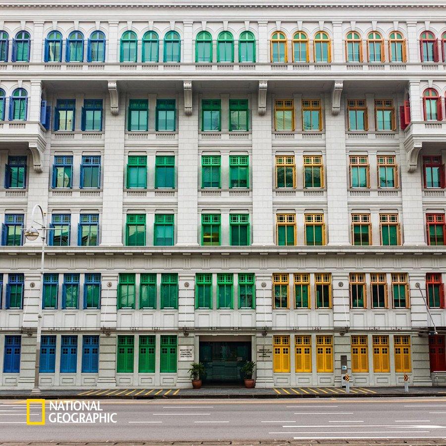 #NG오늘의포토 무지개 색깔로 회색 도시에 활력을 주는 이 건물은 싱가포르에 있는 미카라는 건물입니다. 총 927개의 창문에 예쁘게 색이 칠해져 있죠. 왠지 예술가들이 살고 있을 것만 같지만 싱가포르의 정보통신부와 문화부가 사용하는 건물이라고 합니다. https://t.co/qikTLCXAeI