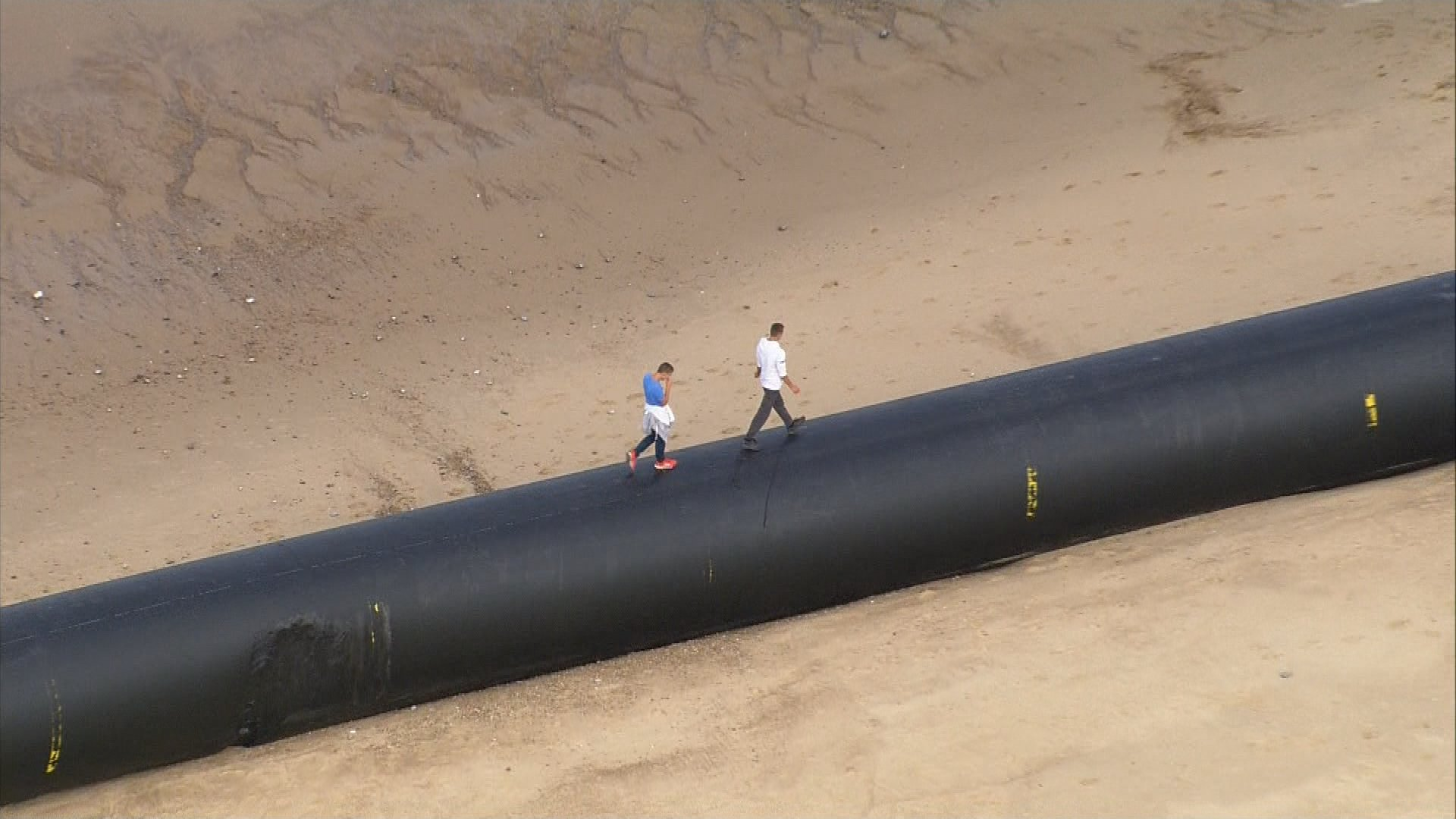 Giant pipes have washed up along several East Anglia beaches https://t.co/2MZdHMqntb https://t.co/kCjihNv0nU