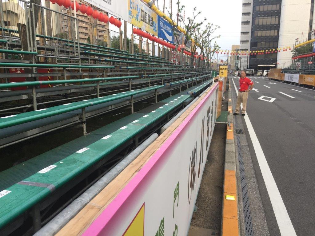 阿波おどり情報:市役所前演舞場②特別席は画像のピンクのラインがある最前列になります。まさに特別席。今、赤い服を着た男性の