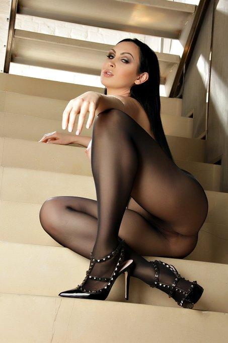 3 pic. Who likes stockings? :-) #stockingsfetish #valentinos https://t.co/CxOHRQXTL9