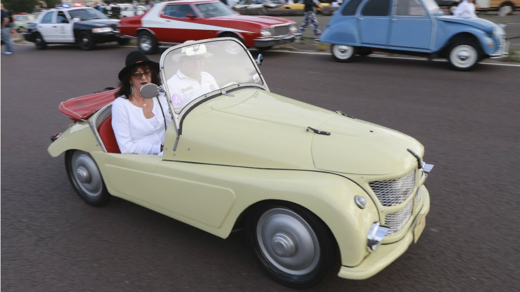 VIDEO: Rally of over 700 vintage cars wows Paris