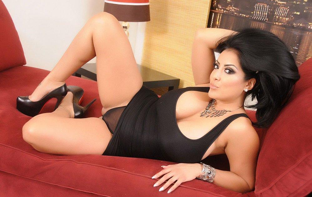 Во время анального секса Kiara Mia мастурбирует киску