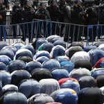 Palestinians learn value of non-violent protests in mosque security standoff with Israel