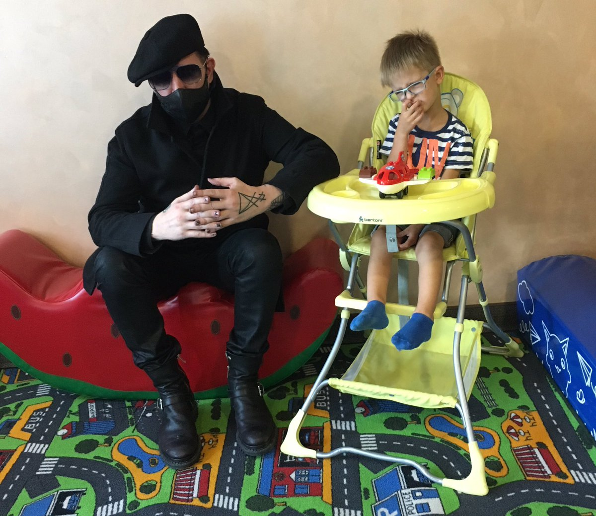 Marilyn Manson and the scared kids https://t.co/KBiAvFahVX
