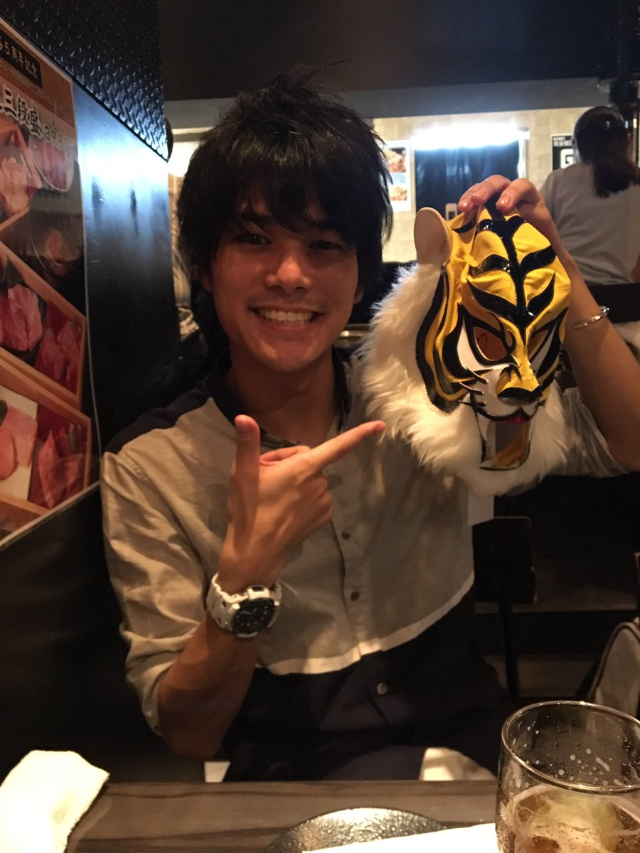 #タイガーマスクW 役の八代拓さんと演出助手の松み君と、美味しいお肉を食べました!そしてタイガーWのマスクを皆んなでもか