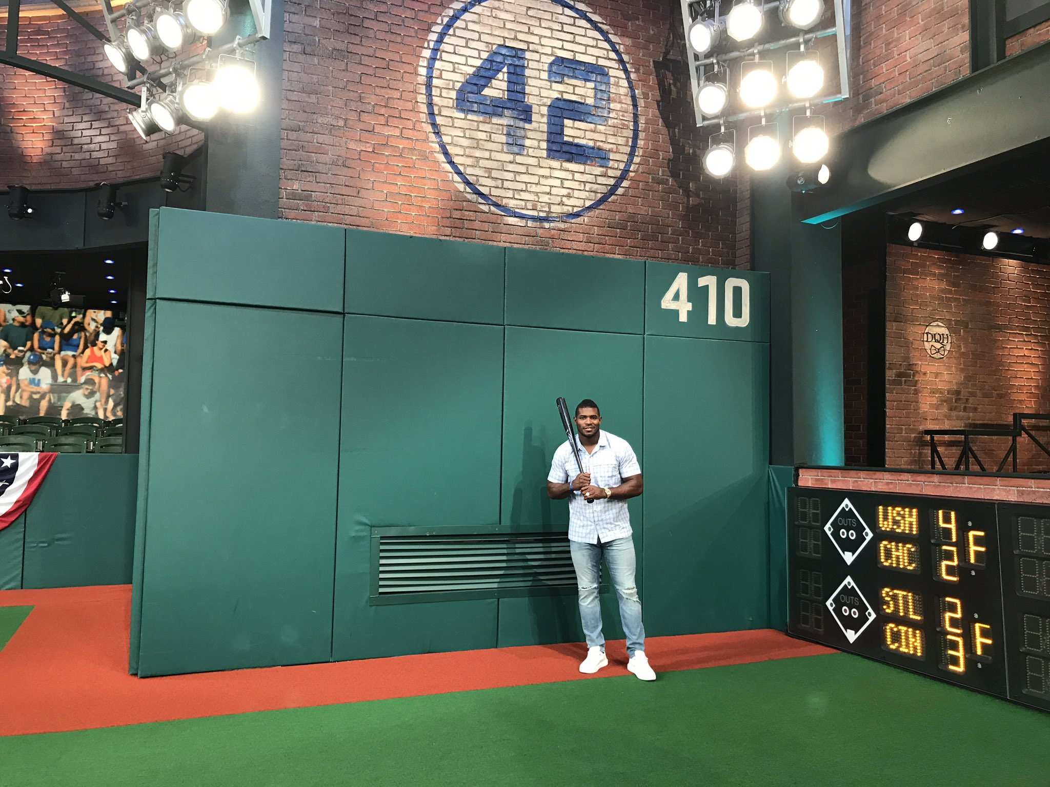 It was a treat to have you in #Studio42, @YasielPuig! #MLBTonight https://t.co/QYfMtX6Dou