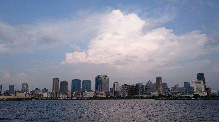 淀川花火大会会場より対岸を臨む。実は私はこの淀川花火大会は十三会場では見たことがなく、2年前に梅田側で見たのみでありまし