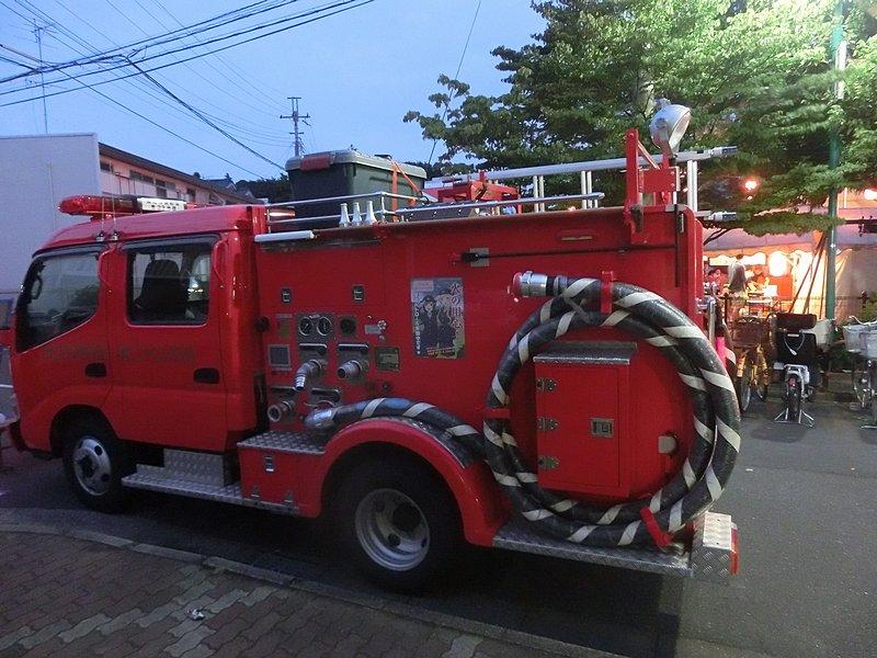 第23分団の消防車(ろこどるポスター付き)。完全に夜になってたのにこんなに明るく撮れるなんてかがくのちからってすげー!