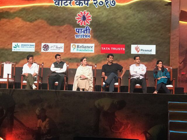 Thx @aamir_khan & Kiran for giving me the honour to stand in for u. @dev_fadnavis ur concern for farmers is touching https://t.co/lWX3Rh8xIH