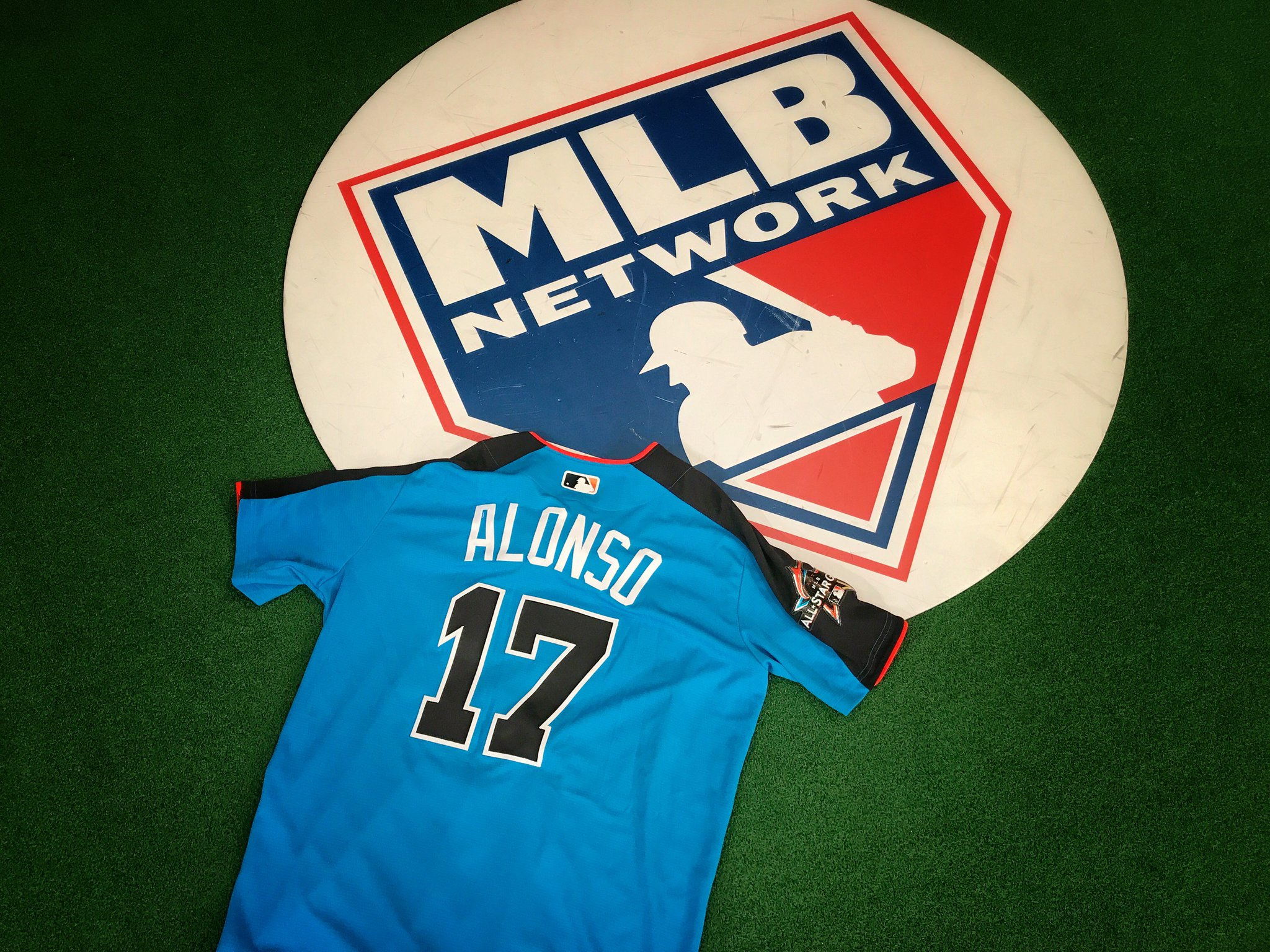 .@YonderalonsoU makes his @Mariners debut tonight! RETWEET for a chance at his #ASG jersey! https://t.co/R75esUpkW1