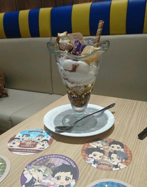 シメはもちろん、漱石さんのパフェ。よく見ると、ワガハイ型三色クッキーが乗っているのですが、絶妙にチョコケーキに溶けこんで