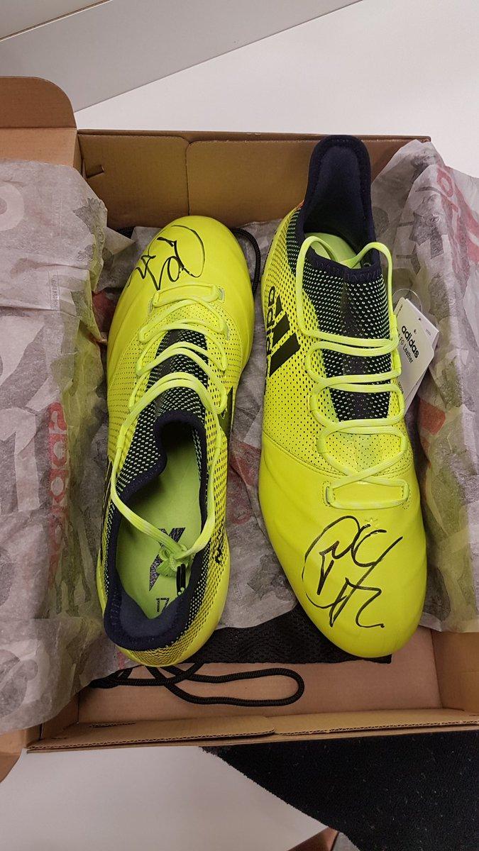 Je suis de bonne humeur aujourd'hui... Une paire de chaussures signées pour 2 personnes! RETWEET AND WIN IT ! #TÔTOUTARD
