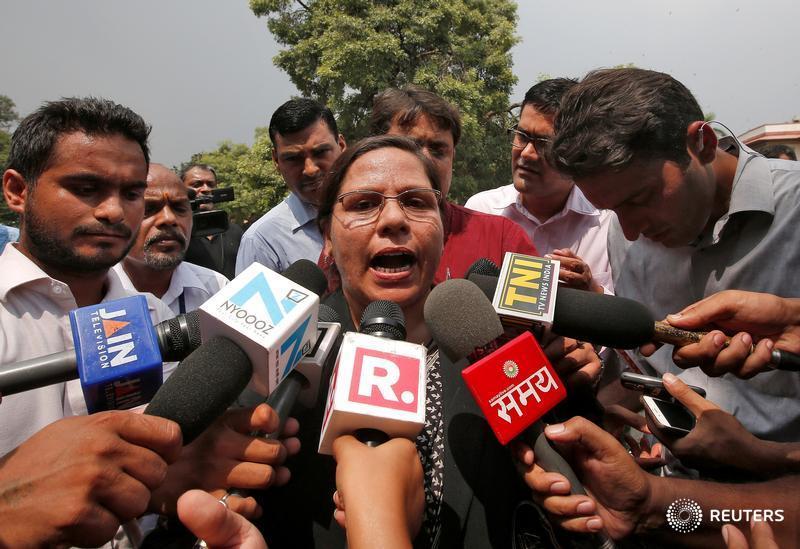 India's top court rules Muslim instant divorce law 'unconstitutional' https://t.co/bJWE38AHSH https://t.co/S8ARFN6C0k