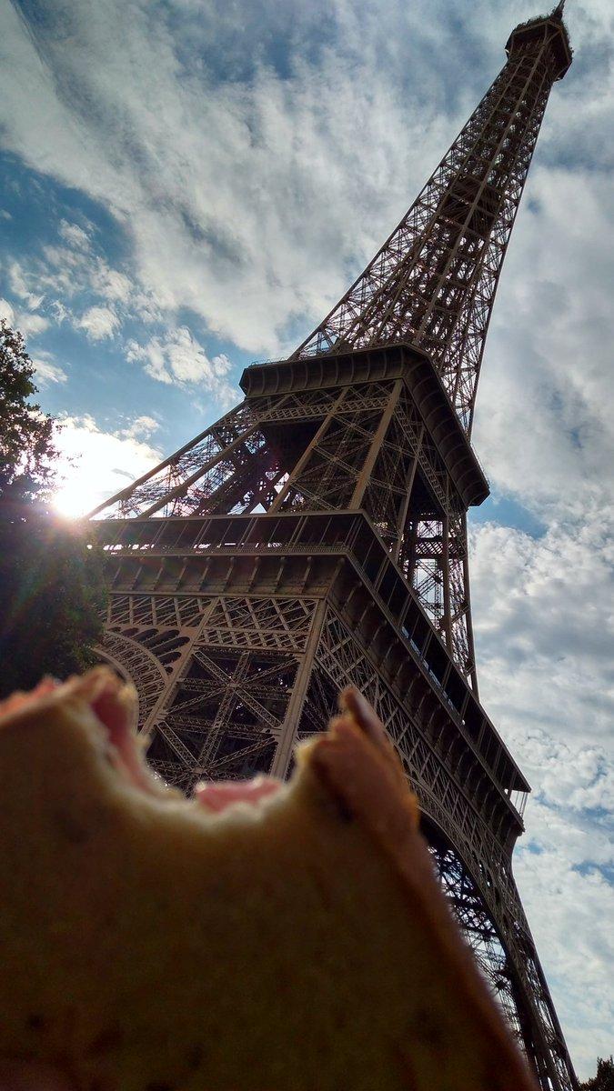 Comiendo un sanguche con una buena vista... #eiffel https://t.co/qZBoafdlzR