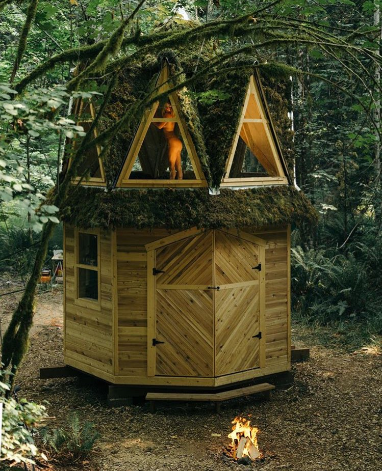 ReTweet if this is your first time seeing a nude blonde in a tiny tree house. UcuHATJud