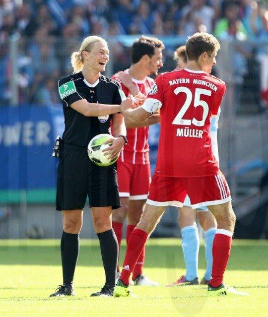 RT @iMiaSanMia: Thomas Müller and Bibiana Steinhaus  #CFCFCB https://t.co/PS81D2ZhSc