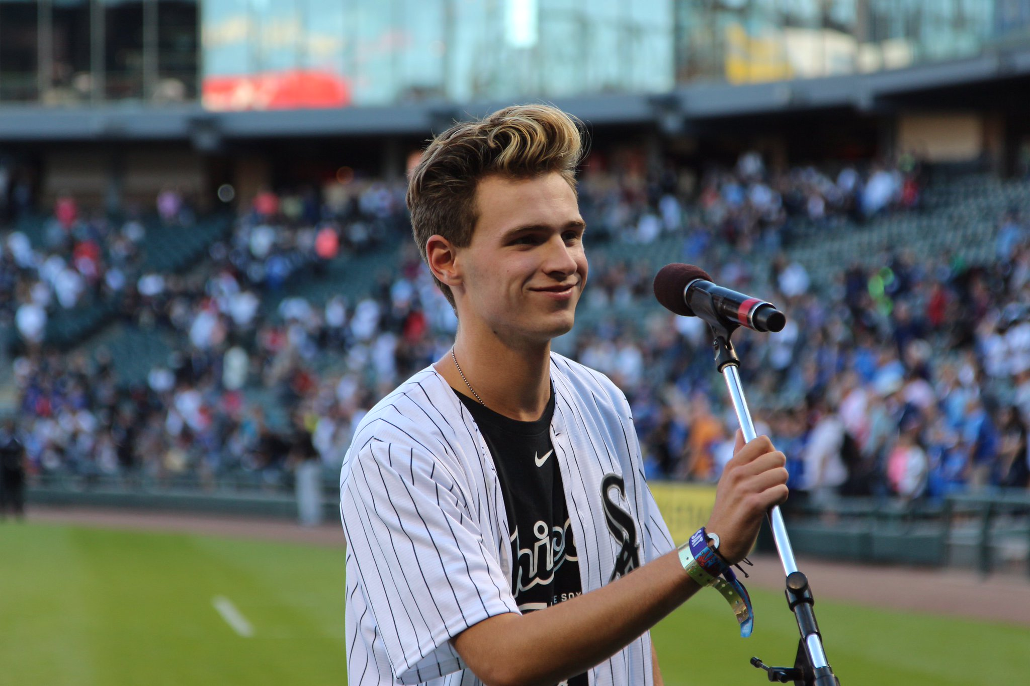 .@NBCTheVoice Season 11 contestant and West Dundee native, @rileyelmore, sang tonight's National Anthem! #SoxGameDay https://t.co/vJsZufoHRi