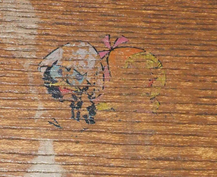 うちの下駄箱にはカリメロ&プリシラが、柱には赤いアイツがいる。