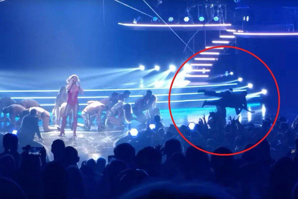 Fan rushes Britney Spears onstage in Las Vegas https://t.co/yNjrcNqS99 https://t.co/gebwX1gaPv