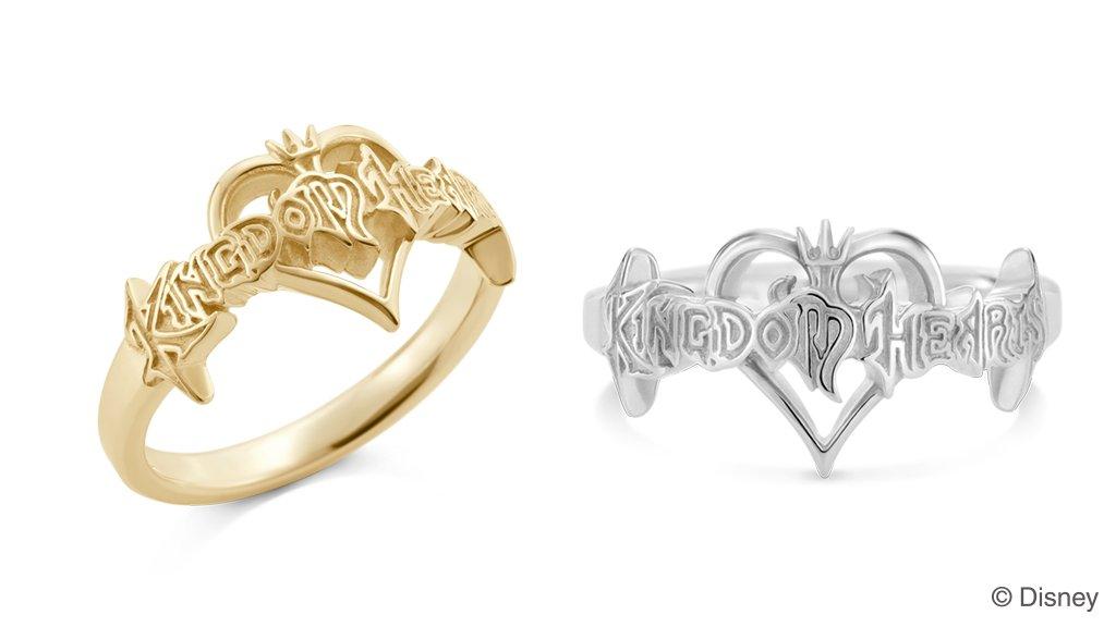 【『キングダム ハーツ』新作ジュエリー】タイトルロゴをモチーフにしたリング。文字の輪郭部分を凹凸で表現し、ハートモチーフ