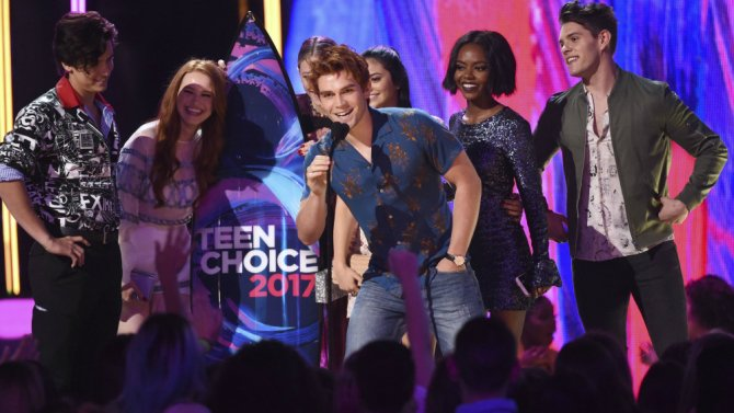 See the complete list of winners from last night's TeenChoice Awards