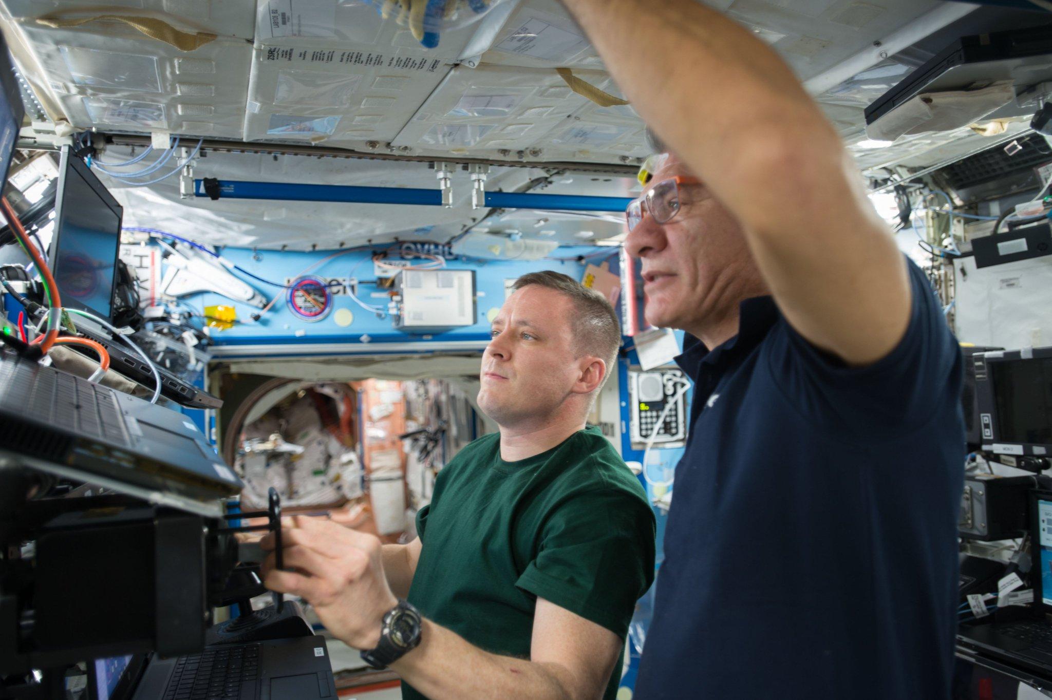 Uno @SpaceX Dragon ci sta venendo incontro... Ma noi, cavalieri della Casata ISS, lo cattureremo! (Ci serve solo un po' di esercizio 😀) https://t.co/rDtRS2t1YF
