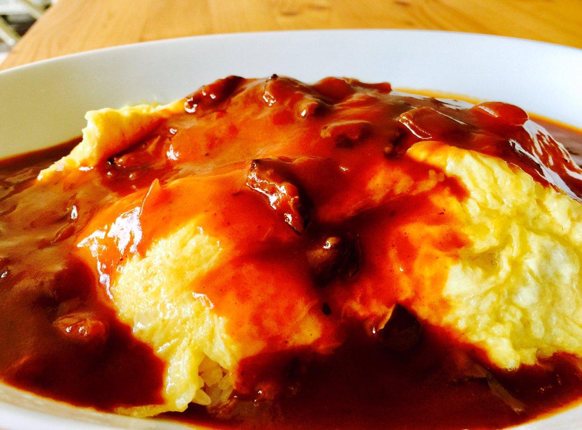 レトルトのハヤシを半熟卵のオムライスにかけて…こち亀49巻片手に朝食連休最終日です^_^