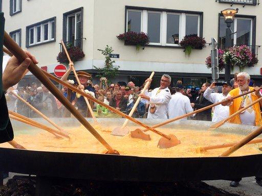 Defying Europe's egg scare, Belgian town makes giant omelet