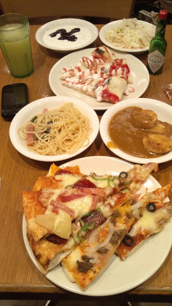 七つの大罪コラボで毎日大行列!ピザ食べ放題のシェーキーズ、やっと入れたよ『メリオダスのバーガーピザ』レタスシャキシャキで