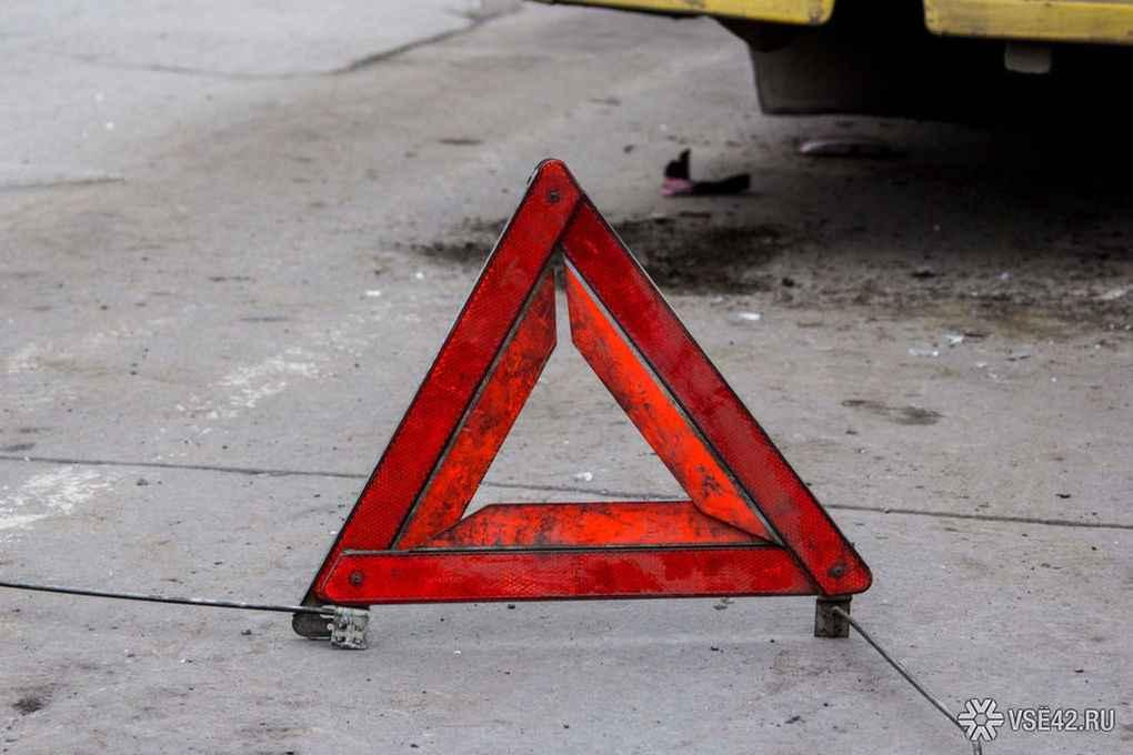 В результате столкновения двух автомобилей Toyota на кузбасской трассе пострадал человек