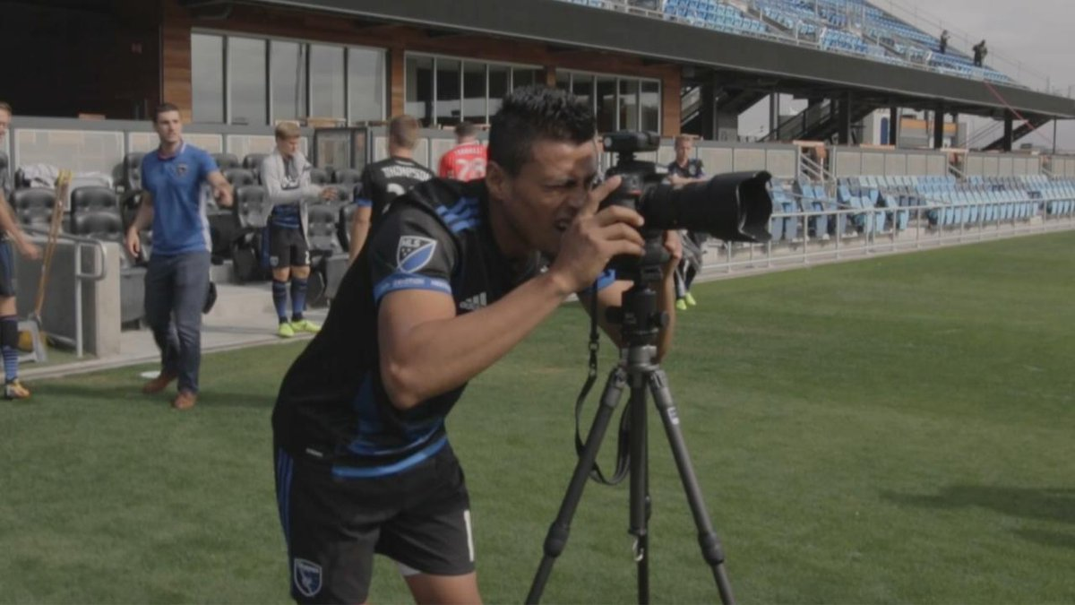 RT @SJEarthquakes: 1...2...3! 📸  @CerenDarwin taking charge behind the lens at #Quakes74 picture day. 😂 https://t.co/lOOoOqYXvi