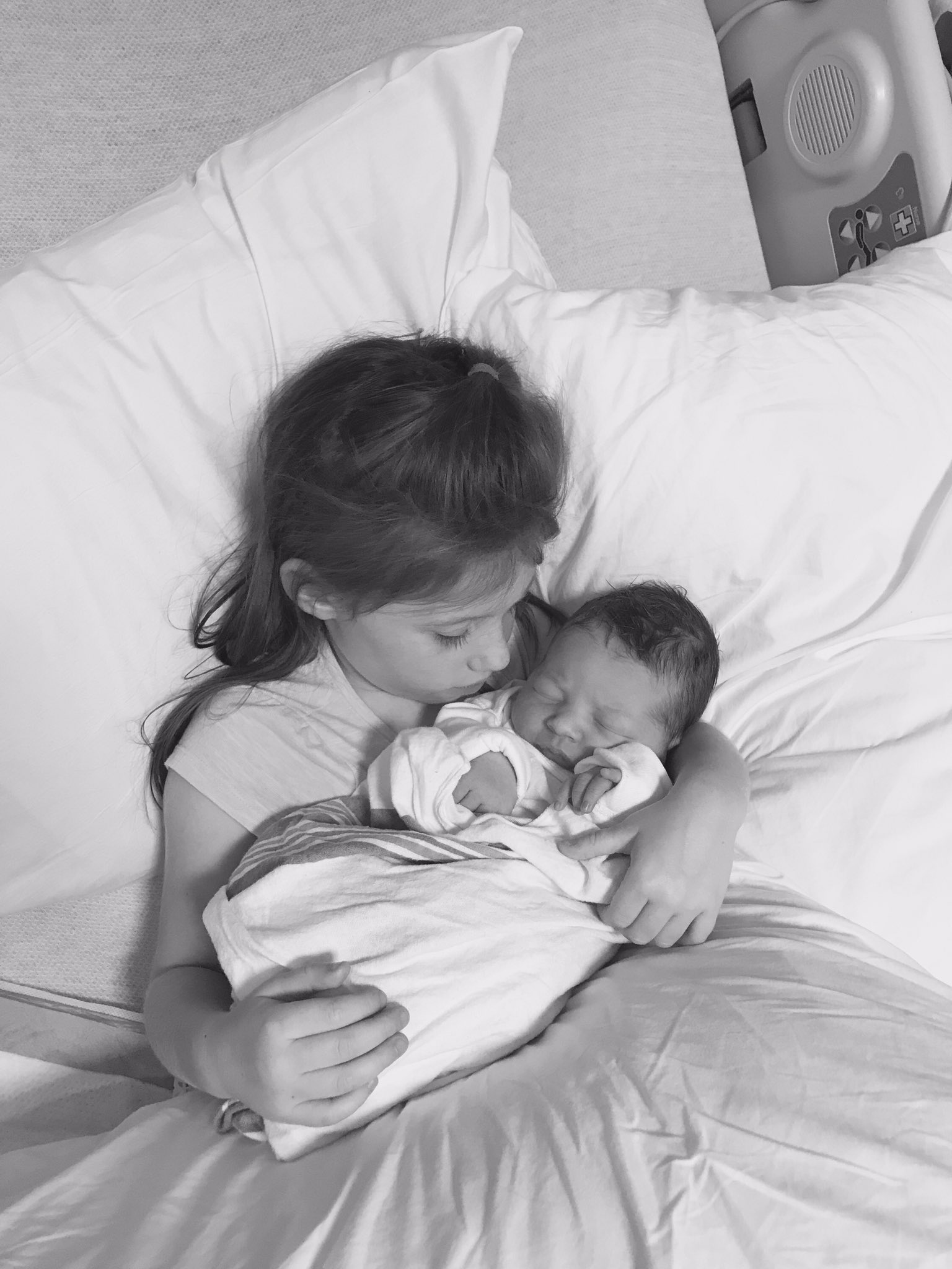 Taylor has a new little sister. Welcome Molly Gold Hamlin. Est 8-15-17 https://t.co/ZKQ1X8Maa0