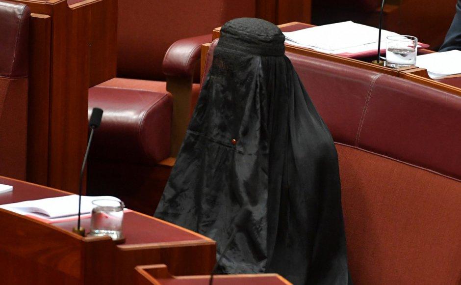 Australia: Far-right politician wears burqa in Parliament