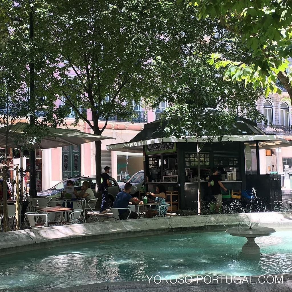 test ツイッターメディア - リスボンの並木道、リベルダーデ大通りには数件のキオスクがあり木陰で一休みできます。ポルトガルは暑い夏の日でも日陰はひんやり涼しいです。  #リスボン #リスボン https://t.co/9JiDPt6zLo