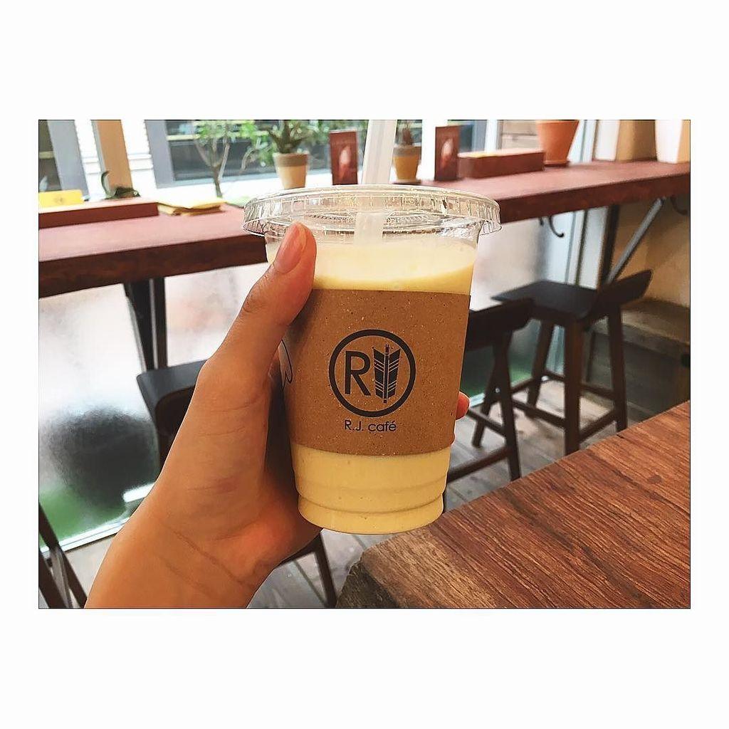 神戸で飲んだスムージー。名古屋でもスムージー飲めるお店ないかな🍍#rjcafe #smoothie #afterrunr