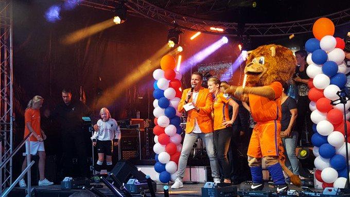Naaldwijk.  Groots Oranje Huldiging van Mandy van den Berg.. ⚽️ https://t.co/c4q8vbAknt