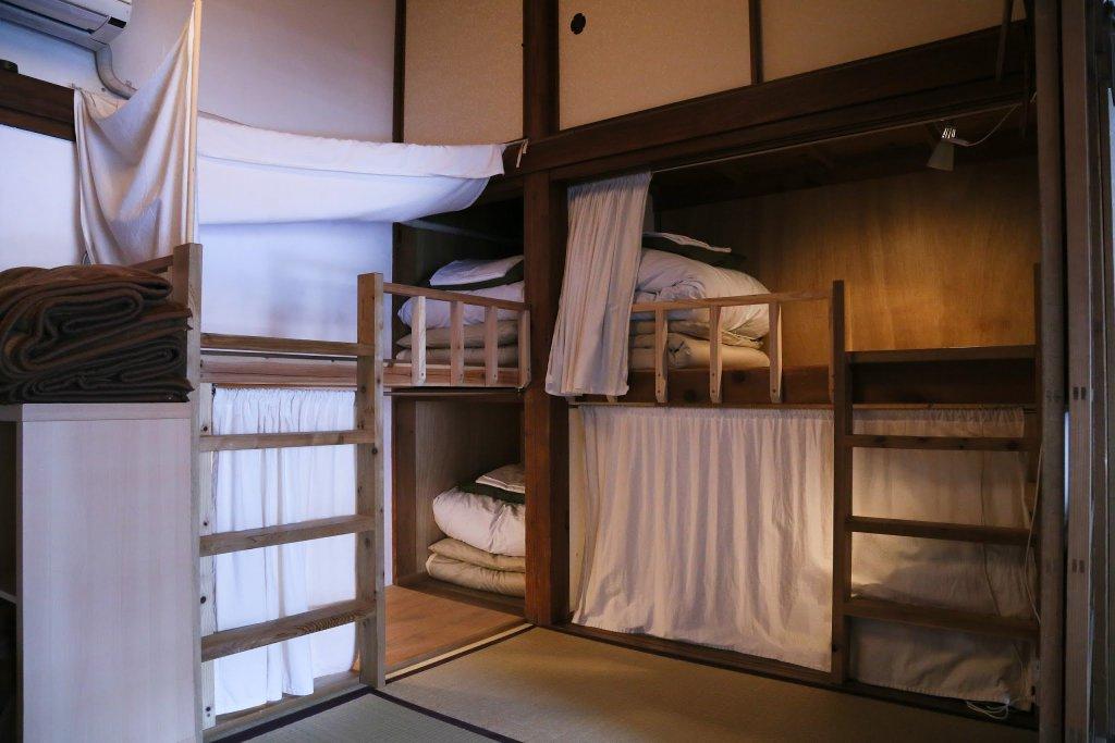 明日8月19日(土)、亀時間のドミトリーに空きが3つ出ました!普通サイズが1つ、ドラえもんベッドが2つです。ご予約は04