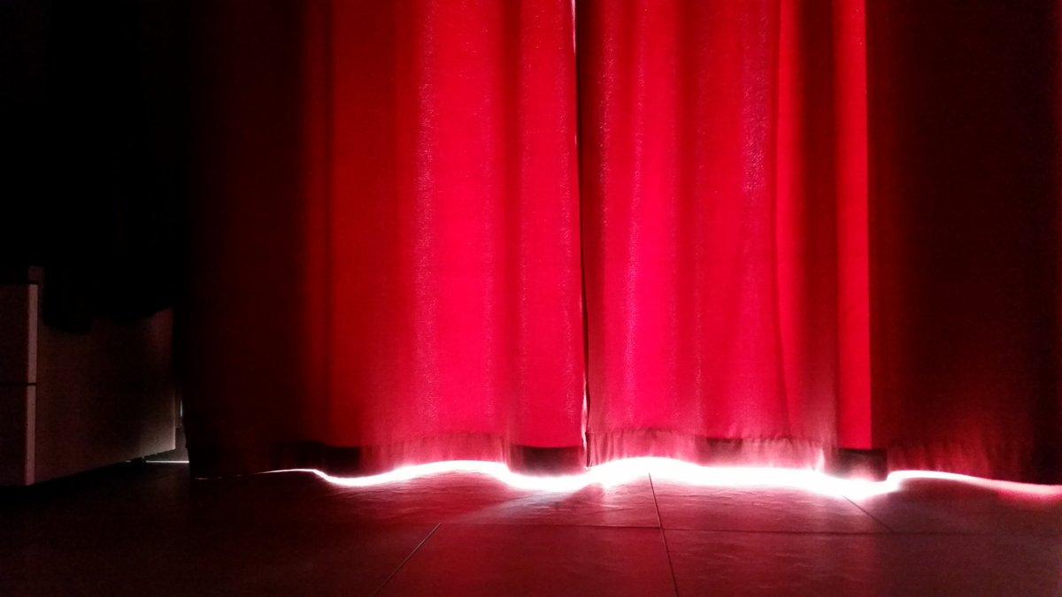 instantané lumière derrière le rideau rouge ! #cartepostale #sicilia ...