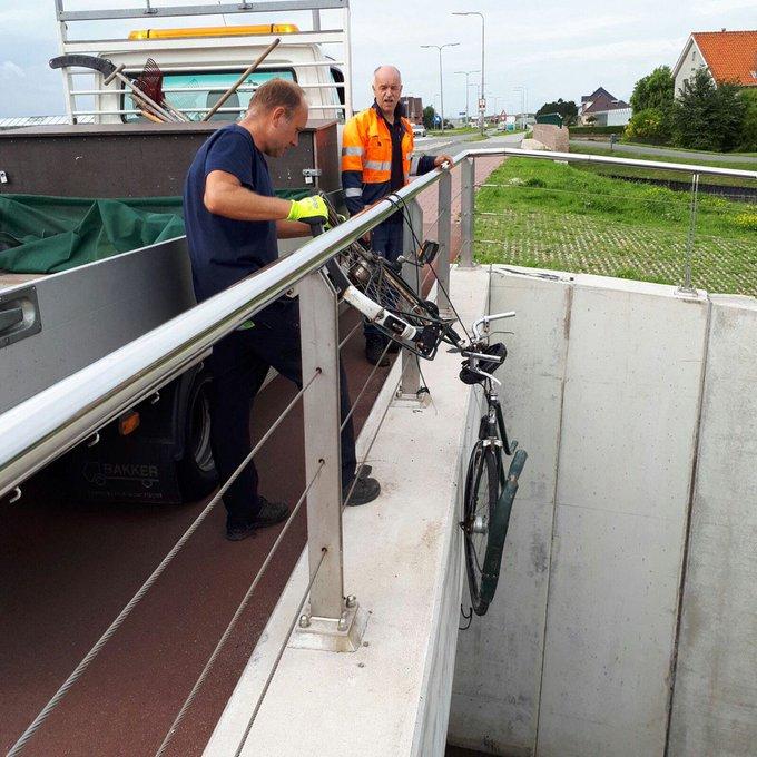 Boven de fietstunnel aan de s-Gravenzandseweg N211 hing deze fiets aan de remkabel te bungelen. #netgeenonguk https://t.co/EalFHgoRDl