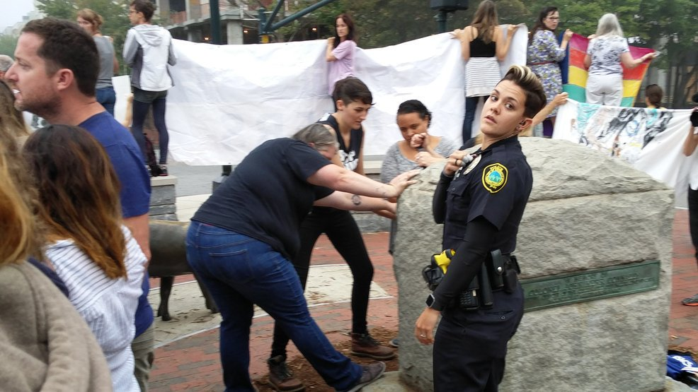 Vandals damage Robert E. Lee Memorial, protesters gather after arrests made