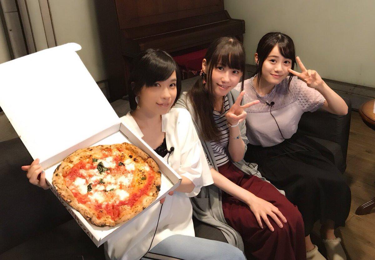 ピザパーティーしながらのライブ鑑賞…🍕この3人組も新鮮でとても嬉しかったよ❣️昔の自分たちを見るのは、ちょっと恥ずかしか