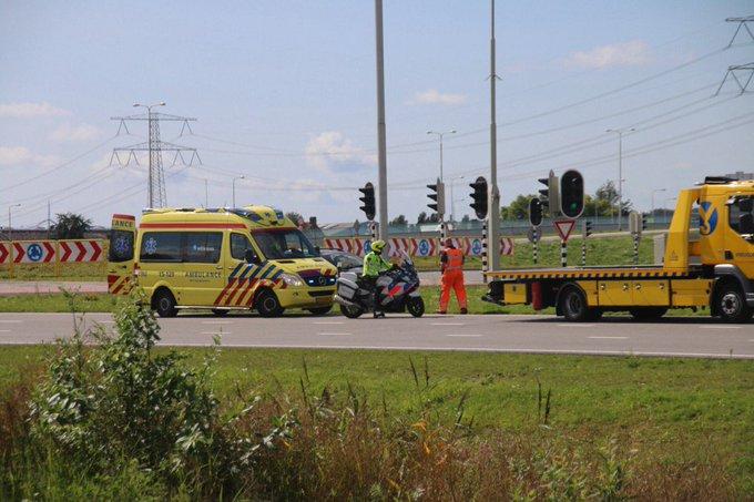 Ongeluk op het Maasdijkplein bij de N223 Maasdijk. Een persoon in de ambulance wordt nagekeken https://t.co/Y7cuLeyJJB