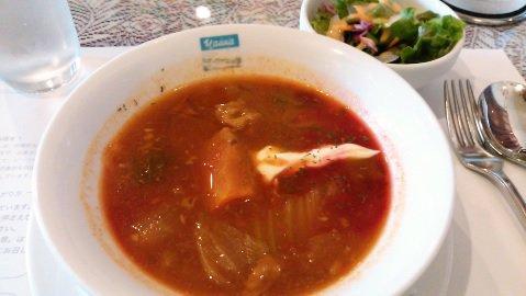 お昼は、チャイカでロシア料理。トロイカセットを注文。ボルシチ、ピロシキ、つぼ焼き、ロシアンティのロシアっぽいのが一度に食
