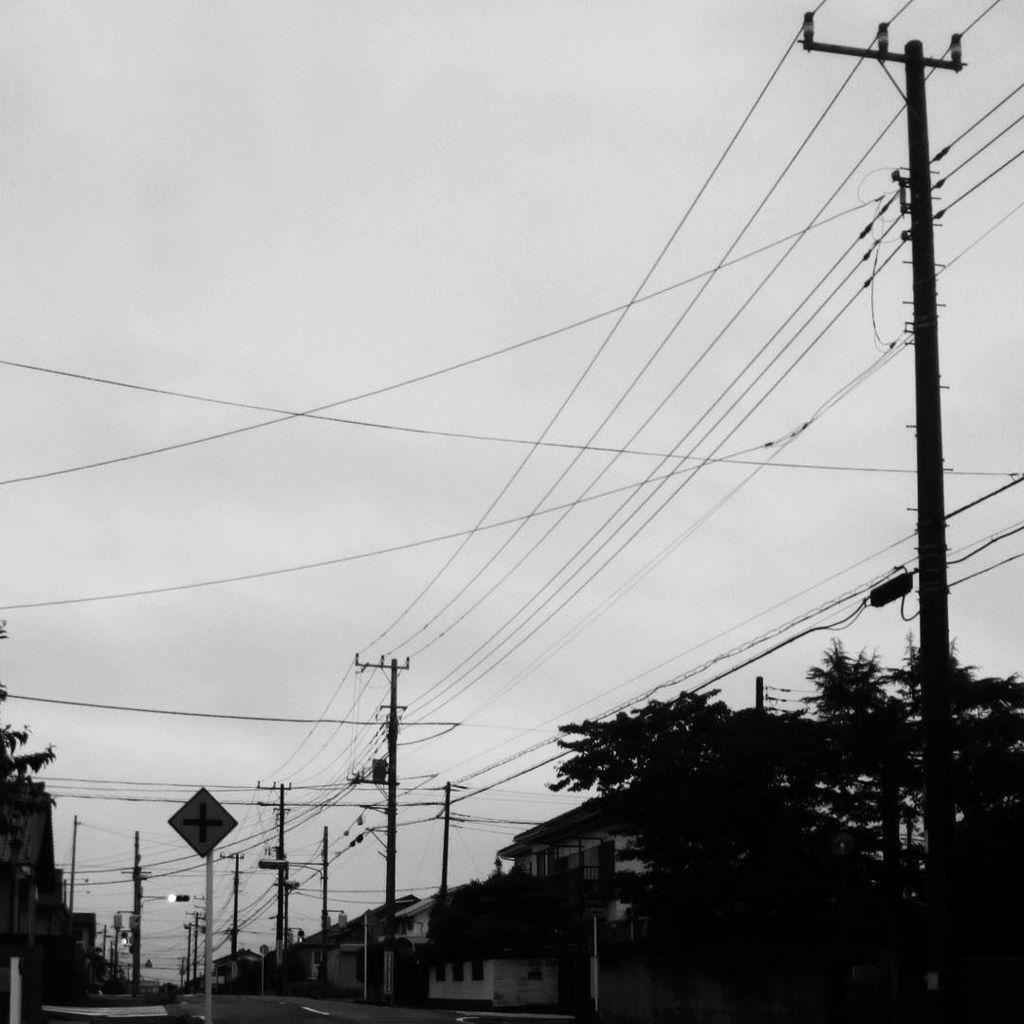 緩慢な自殺のように働いていつかほんとに死んでいくんだ#短歌 #tanka #sky #lines #blackandwh