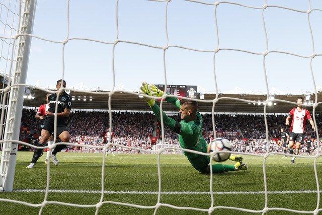 RT @lajornadaonline: #Chicharito anota doblete, pero West Ham pierde 3-1 https://t.co/ceZ59ejQXU https://t.co/hzhjTsGXab