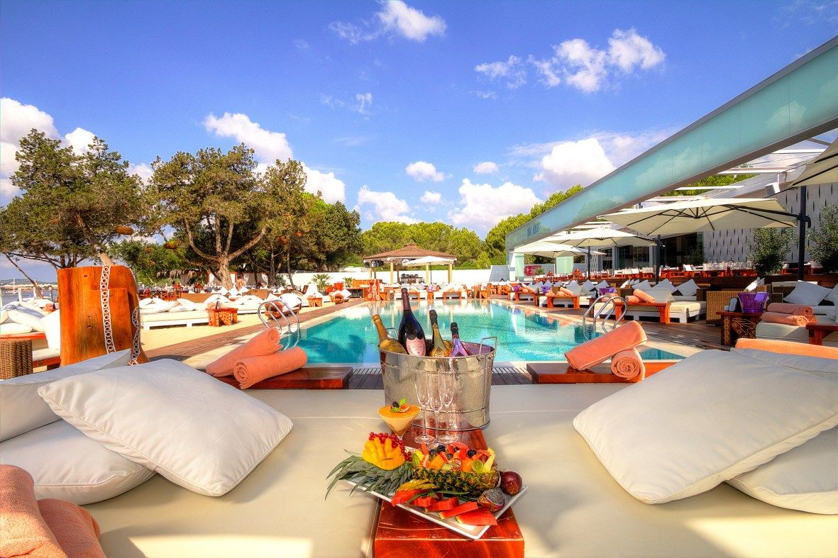 Lunch is served! where are you heading for #sundaybrunch today in #ibiza https://t.co/PzxEHrCx1s