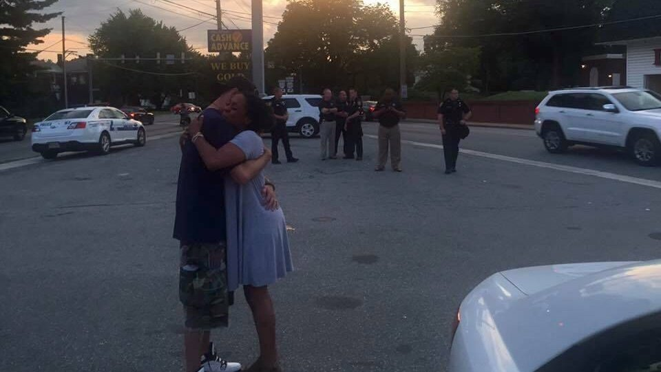 test Twitter Media - 'If I were KKK, would I hold you like this?' Viral photo shows peace amid monument controversy https://t.co/G4PC31FY3n https://t.co/8eqEw1mexG