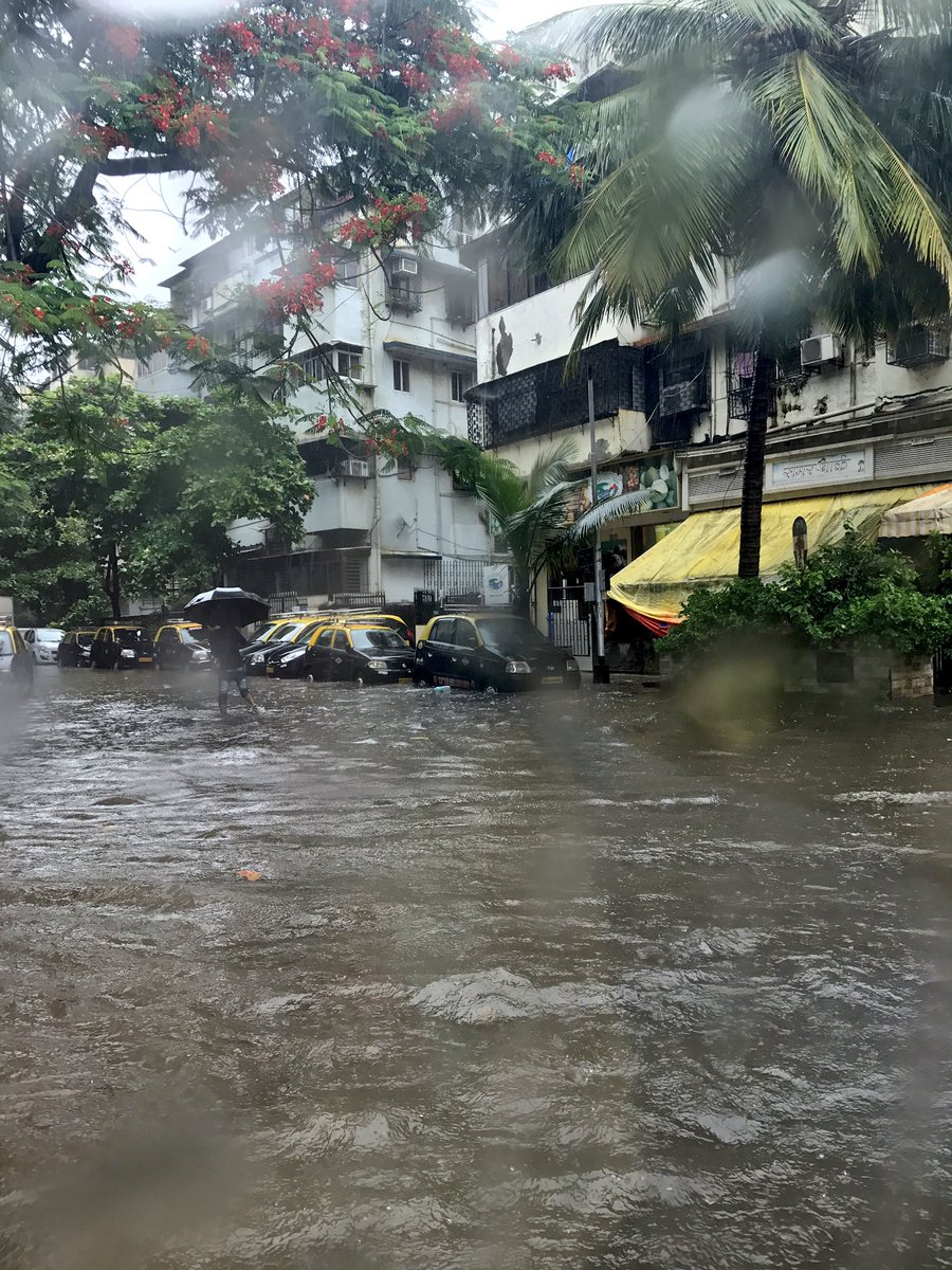 RT @sayyeshaa: I'm on my way to lunch in town and this is what I see! Some serious water logging!  #MumbaiRains ☔️ https://t.co/0bbQdjgbd9