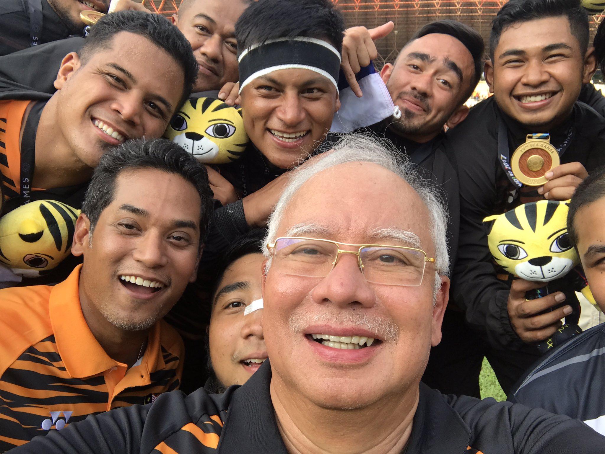 Selfie dengan pasukan rugby Malaysia yang baru menang pingat emas . Syabas ! https://t.co/pgldT6YbnE